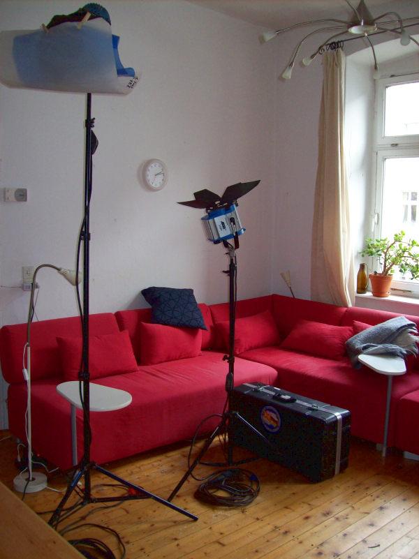 Polylux-Scheinwerfer vor leerem Sofa